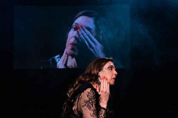 Atores contracenam com projeções de vídeo no espetáculo 'Zoom', da Cia Miúda.