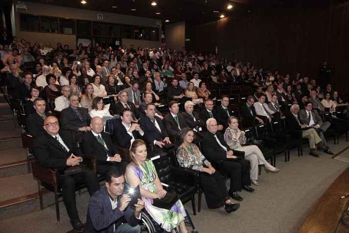 Cerimônia realizada no auditório da Reitoria reuniu homenageados, familiares e a comunidade universitária