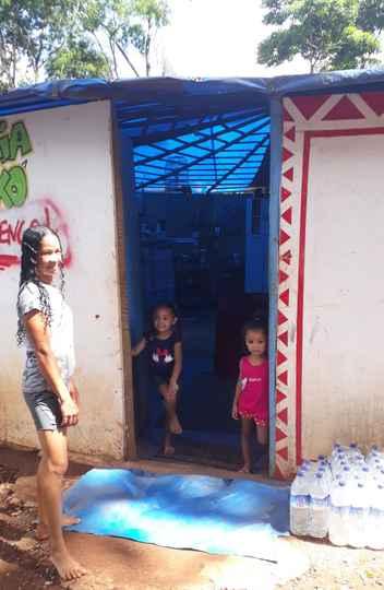 Tanara, liderança indígena Pataxó, ao lado de crianças da aldeia Naô Xohã
