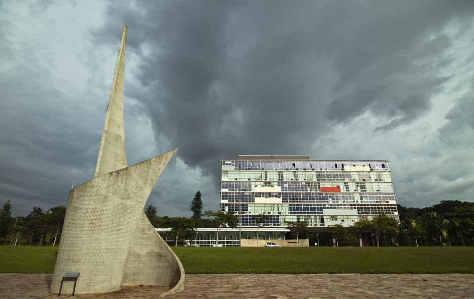 Reitoria da UFMG e Monumento ao Aleijadinho (antes da reforma ocorrida em 2017)