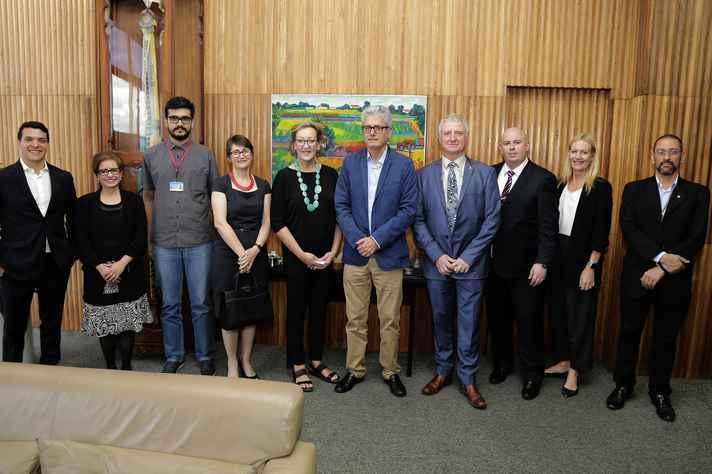 Delegação australiana foi recebida no gabinete do reitor em exercício, José Márcio Nogueira (centro)
