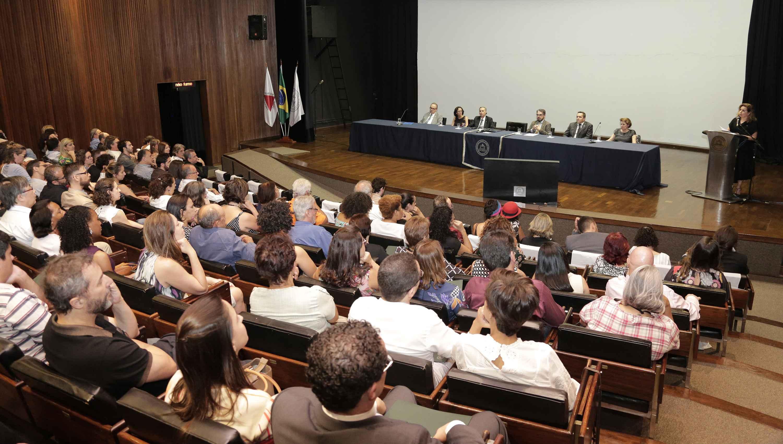 Formado em sua maioria por doutores, orientadores e coordenadores de programas, público lotou o auditório da Reitoria