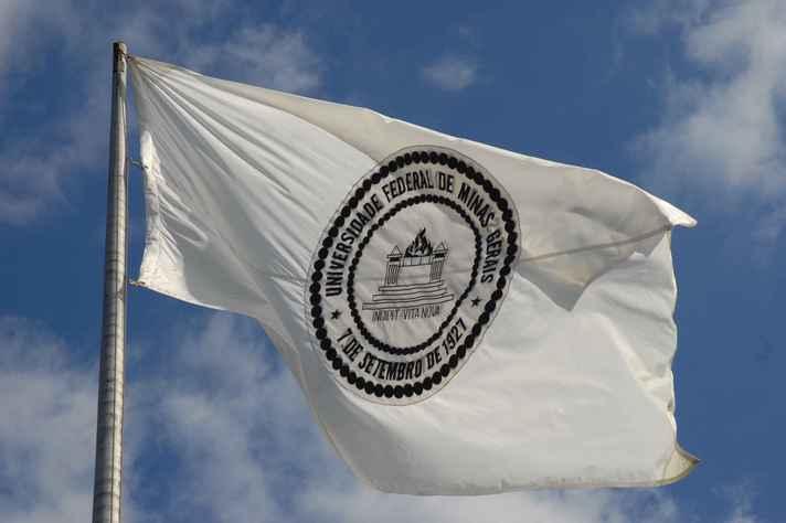 Bandeira da UFMG hasteada nas imediações da Reitoria