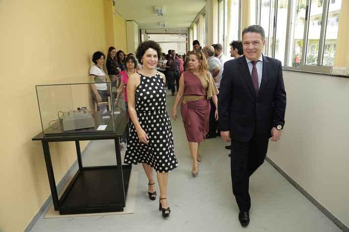 Leiliane André (em primeiro plano) mostrou as instalações do bloco administrativo ao reitor e à vice-reitora