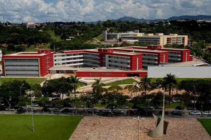 Vista para os prédios da Face e da Escola de Engenharia a partir da Reitoria, no campus Pampulha: