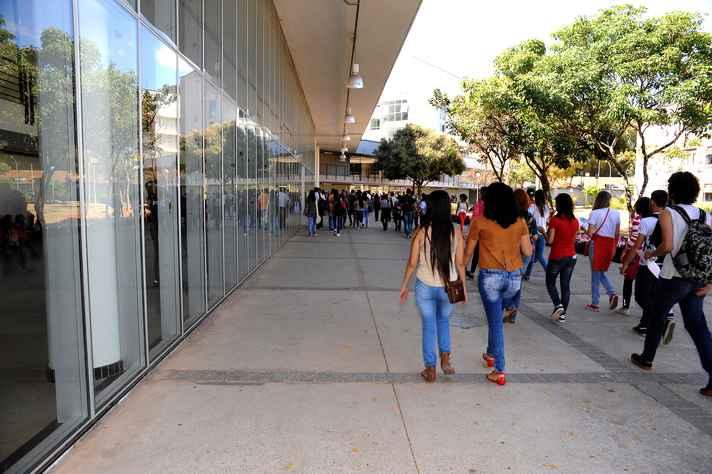 Estudantes no Centro de Atividades Didáticas de Ciências Humanas (CAD 2), um dos locais em que será realizado registro presencial