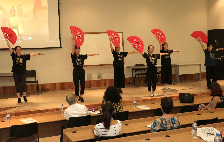 Professoras do Instituto Confúcio se apresentam com dança típica chinesa