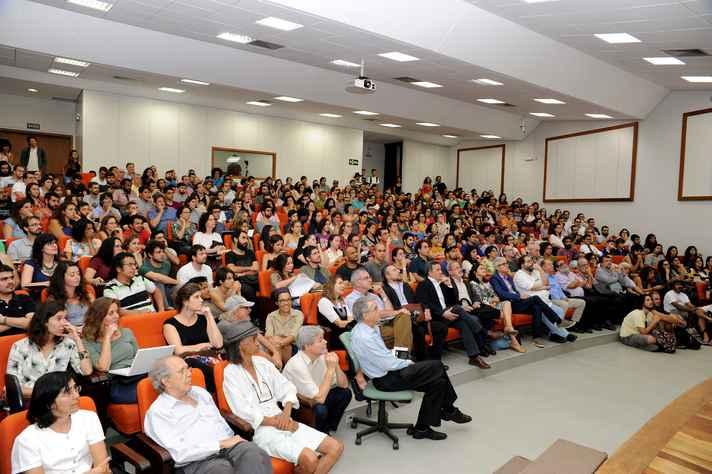 Auditório nobre do CAD2 ficou lotado; conferência foi transmitida para o auditório da Reitoria. Foto: Raíssa César / UFMG