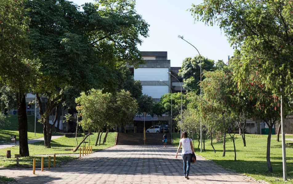 Entrada do prédio da Faculdade de Letras (Fale)