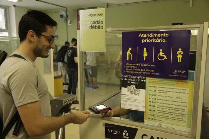 Rafael Capanema, aluno de engenharia metalúrgica, paga almoço com cartão de débito