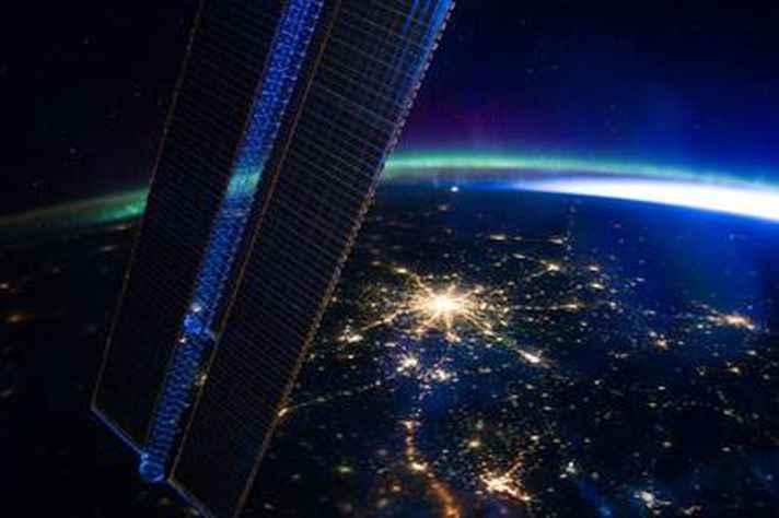 Imagem noturna de Xangai, maior cidade da China, captada do espaço pela Nasa