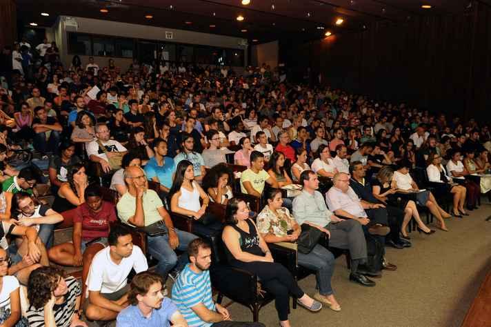 A conferência do matemático, que lotou o auditório da Reitoria, foi transmitida para dois telões