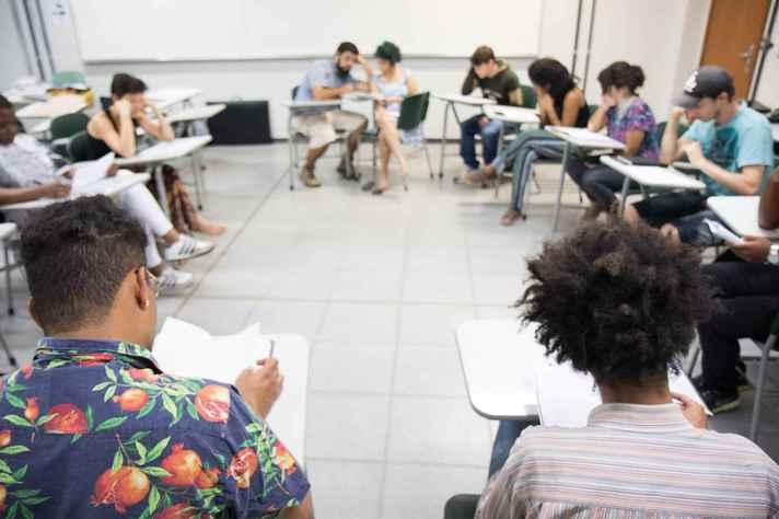 Estudantes em atividade em sala de aula antes da pandemia: novas práticas de sociabilidade, experiências estéticas e modos de produzir conhecimento