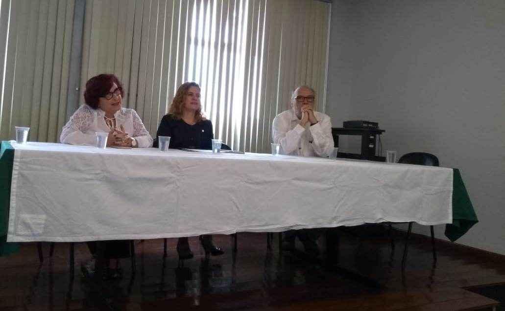 Reitora Sandra Regina Goulart Almeida (ao centro) dá posse à professora Alzira Jorge