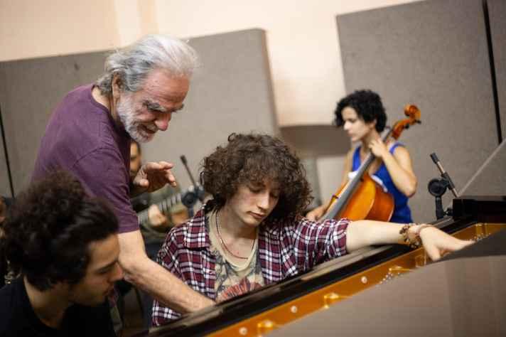 O pianista e compositor Benjamin Taubkin ministra a residência artística 'Ateliê de música – Interdisciplinaridade com dança'  no 50º Festival de Inverno da UFMG.