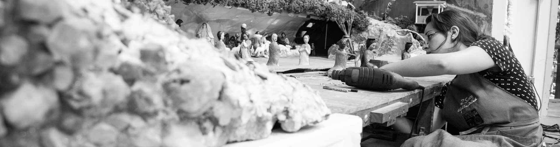 A restauradora Thaís Carvalho em ação: fotos e filmagens ajudaram a remontar a cenografia