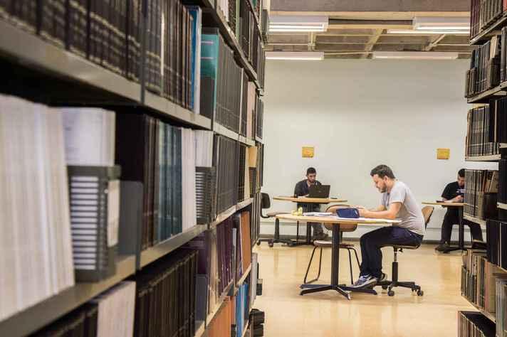 Estudantes em biblioteca da UFMG: