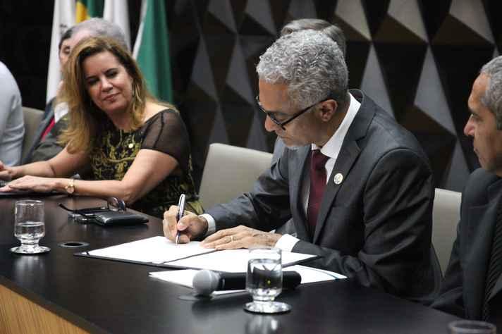 Humberto Alves assina o termo de posse observado pela reitora Sandra Goulart Almeida