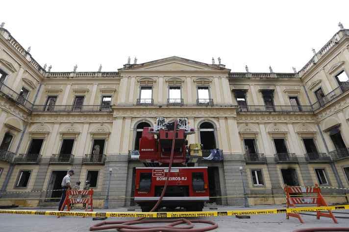 Trabalho do Corpo de Bombeiros no Museu Nacional, no Rio de Janeiro