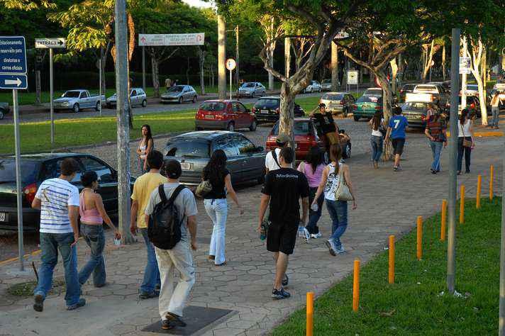 Estudantes circulam na Avenida Mendes Pimentel, a principal do campus Pampulha: greve dificulta acesso à Universidade