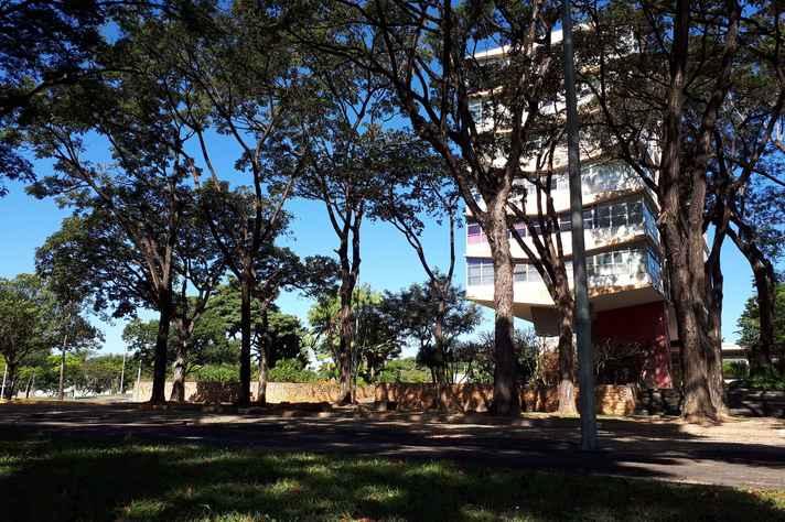 Visão lateral da Reitoria da UFMG: prédio foi construído na década de 1960