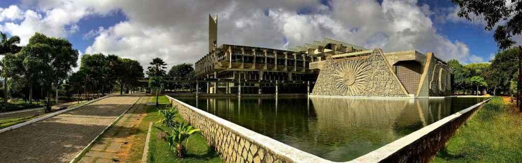 Campus da UFRN, em Natal, com prédio da Reitoria ao fundo: