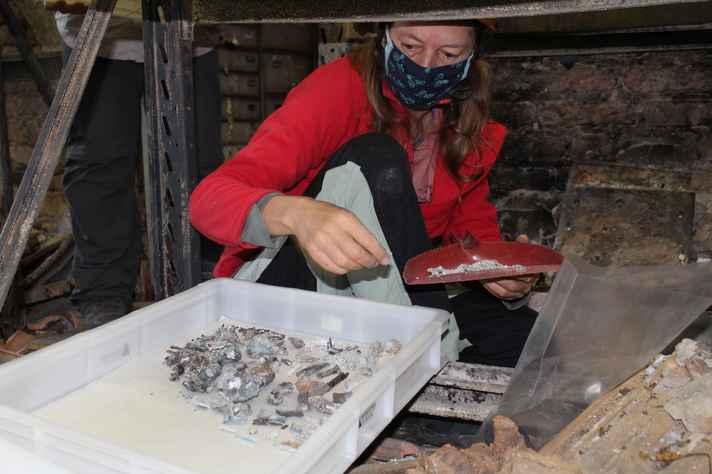 Professora Mariana Cabral, pesquisadora do MHNJB, recolhe remanescentes carbonizados de esqueletos humanos indígenas que datam de mais de 8 mil anos