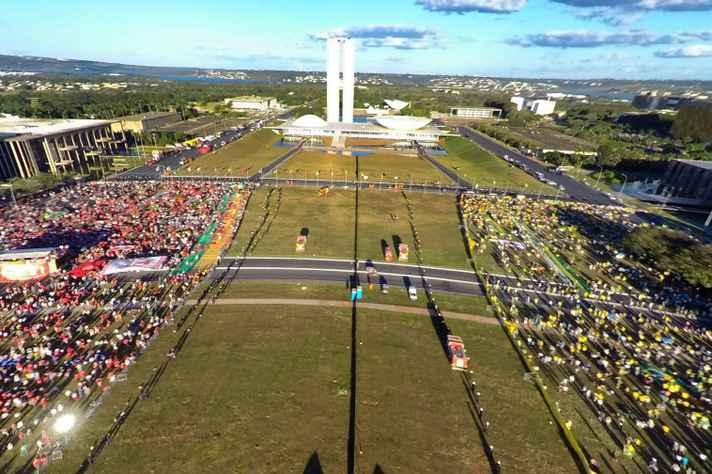 Manifestantes a favor e contrários ao impeachment concentrados em Brasília no dia da votação do processo na Câmara dos Deputados