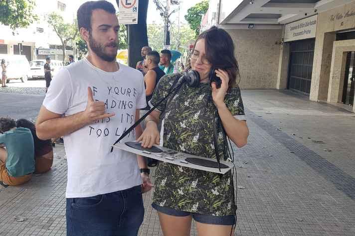 Fantasiados de DJ, amigos curtem bloco Unidos do Barro Preto