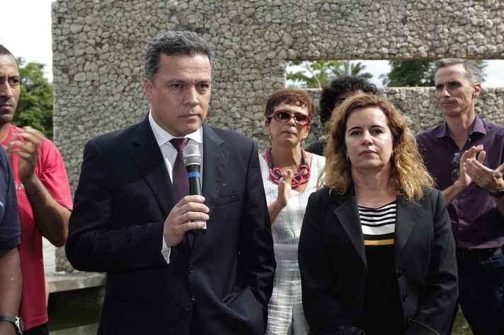 O reitor Jaime Ramírez e a vice-reitora Sandra Goulart Almeida durante o ato
