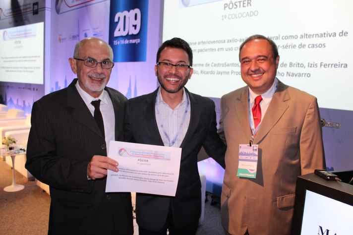 Guilherme de Castro Santos (ao centro) entre os membros da comissão organizadora, Fabio Linardi (à esquerda) e Marcelo Calil Burihan (à direita)
