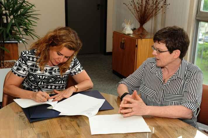 Sandra Goulart Almeida e Elizabeth Dyvik assinam o documento