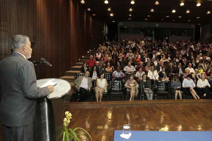 O auditório da Reitoria foi tomado por familiares, autoridades, colegas e amigos do professor