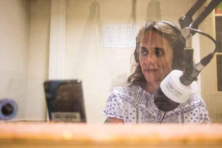 A locutora Michelle Bruck, no estúdio da Rádio UFMG Educativa