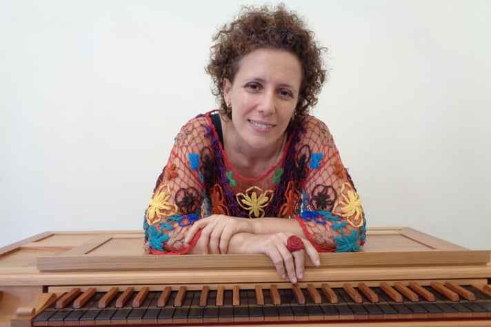 Edite Rocha, organista com foco na música antiga