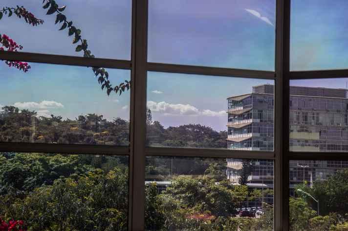 Prédio da Reitoria, no campus Pampulha, visto de sala do ICEx