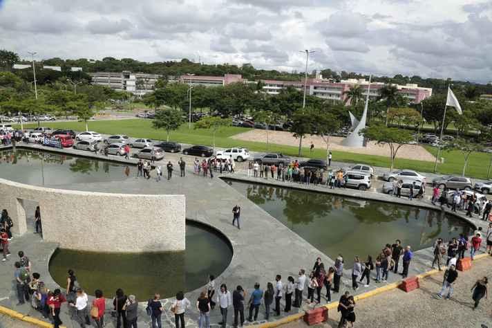 Comunidade se reuniu em frente à Reitoria em apoio a dirigentes e servidores