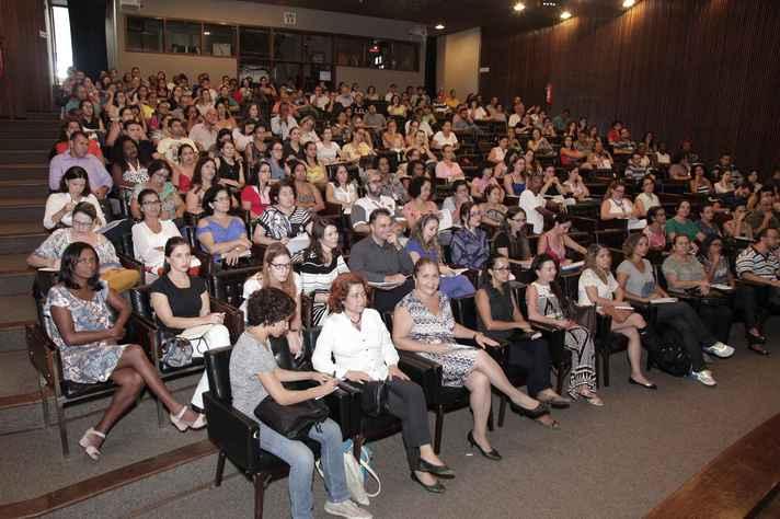 Grupo de servidores em evento no auditório da Reitoria:
