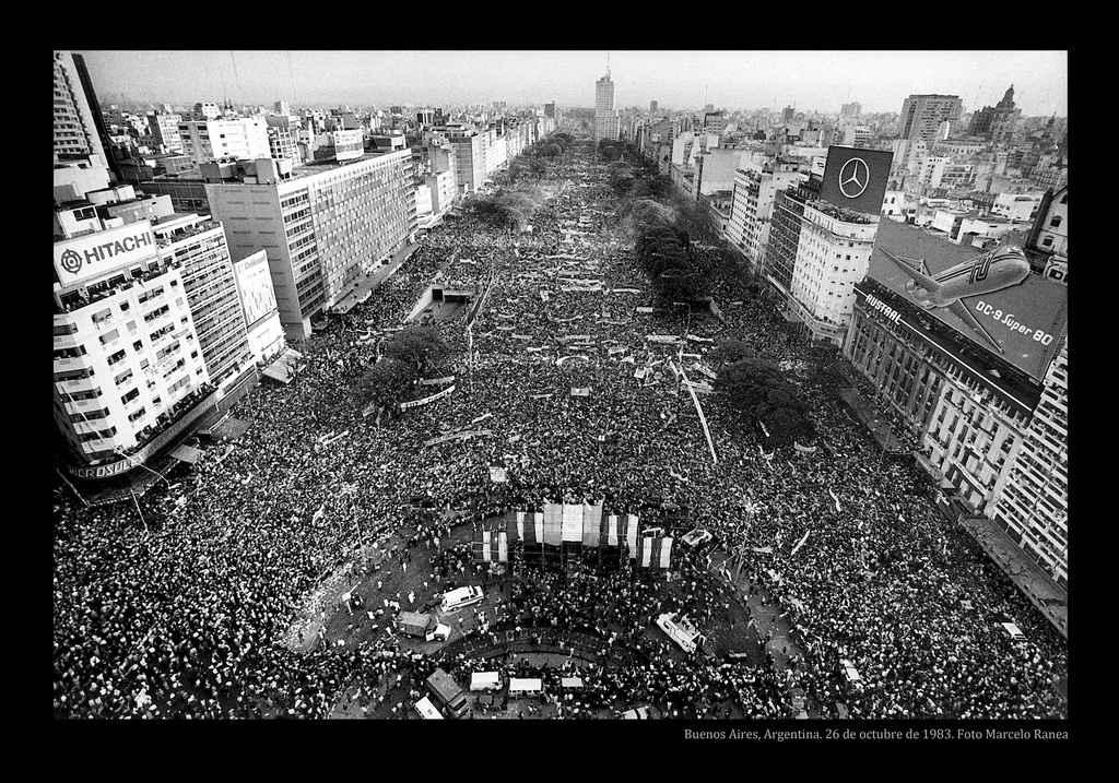 Comício de encerramento da campanha da União Cívica Radical (UCR), liderada por Raul Alfonsín, em outubro de 1983, em Buenos Aires. Quatro dias depois, ele seria eleito presidente da República, pondo fim a uma ditadura que durou sete anos