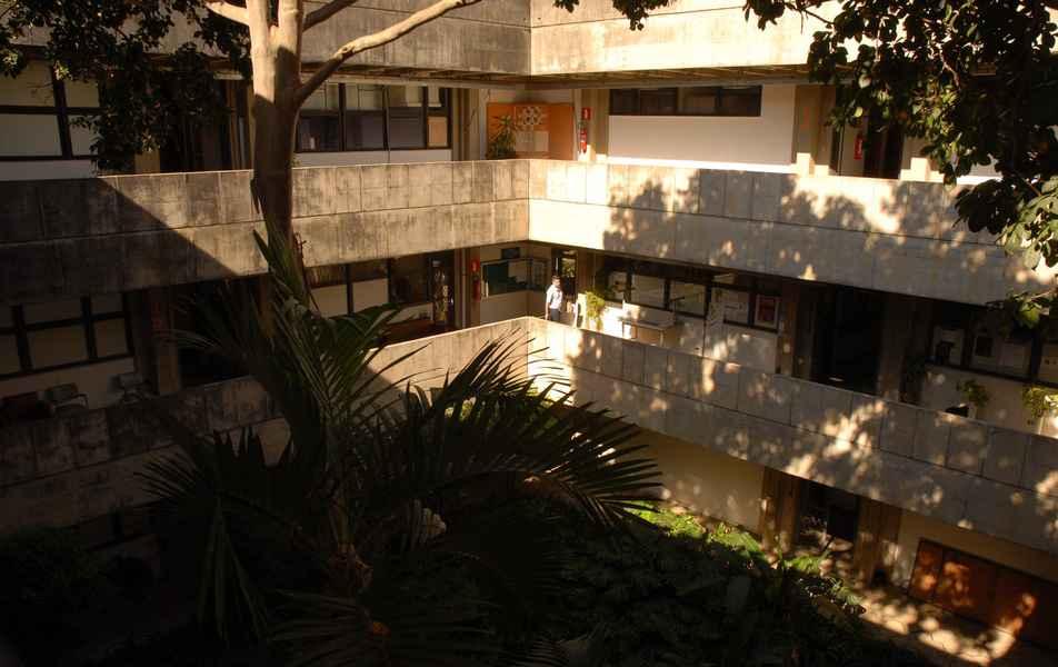 Vista dos corredores e jardim interno do Instituto de Ciências Biológicas (ICB)
