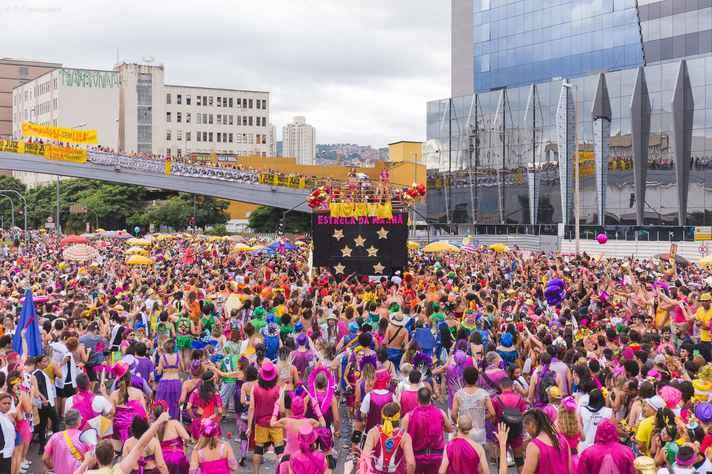 Bloco sai ao nascer do sol e arrasta uma multidão no sábado de carnaval