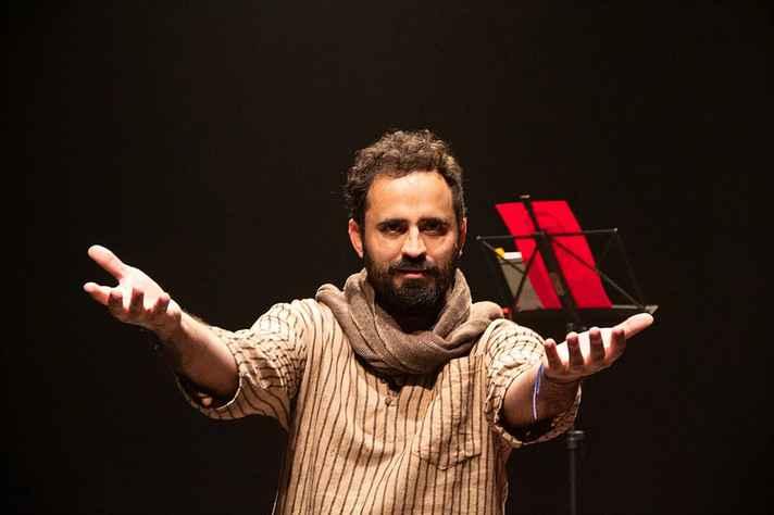 Artista realiza performance para disciplina do Neepec