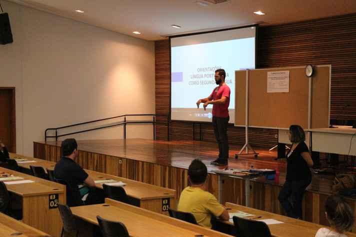 Aplicador apresenta orientação aos candidatos do processo seletivo