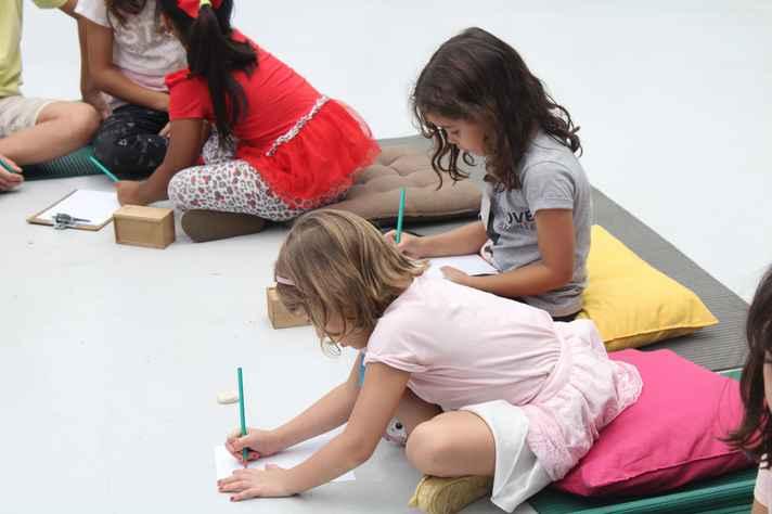 Oficina desafia crianças a usar os sentidos e a intuição