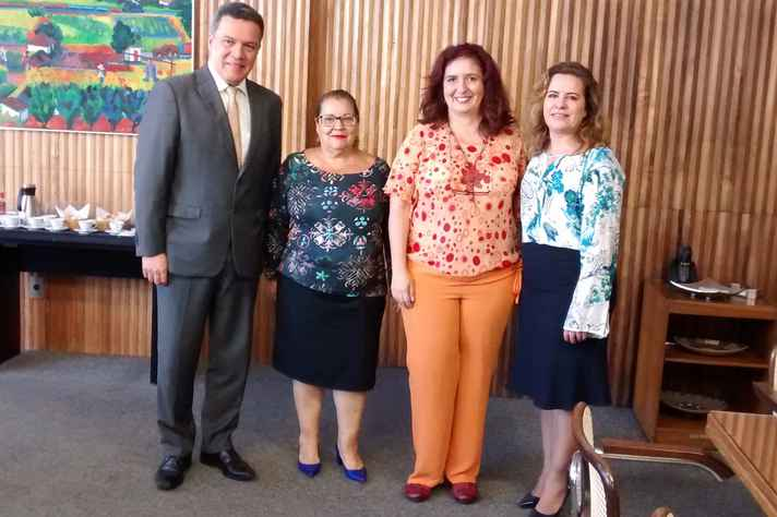 O reitor Jaime Ramírez, a diretora Terezinha Carvalho de Souza, Adriana Bogliolo e a vice-reitora Sandra Goulart Almeida
