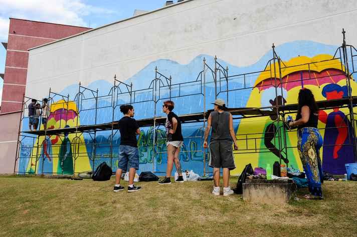 Estudantes grafitaram o muro da Face com a identidade visual da Semana de Saúde Mental