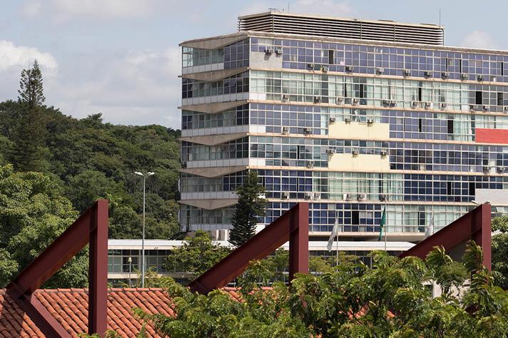 Prédio da Reitoria, no campus Pampulha, visto do terceiro andar do ICEx: só a UFMG sofreu bloqueio de R$ 64,5 milhões