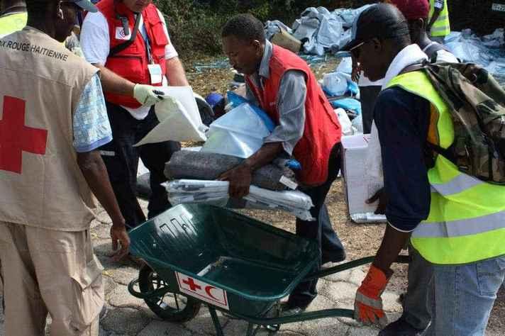 Voluntários da Cruz Vermelha ajudam vítimas do terremoto no Haiti