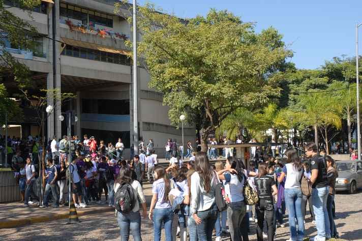Estudantes na porta da Escola de Ciência da Informação