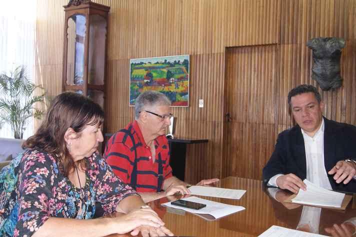 Reitor Jaime Ramírez (à direita) e professor Carlos Barreira Martinez (ao centro) assinaram o termo em nome da UFMG e da Apubh